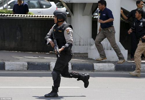 Hiện trường 7 vụ nổ rung chuyển trung tâm thủ đô Indonesia - 10