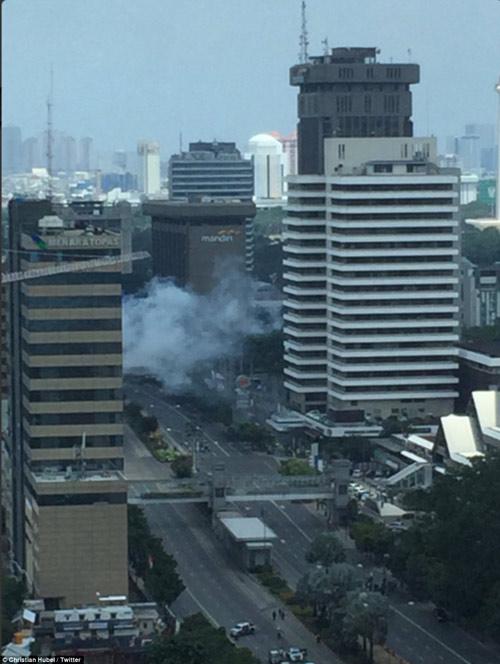 Hiện trường 7 vụ nổ rung chuyển trung tâm thủ đô Indonesia - 1