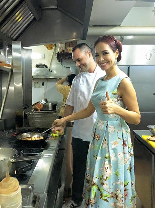 Thúy Hạnh nấu cho chồng ngay giữa quán ăn-3