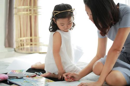 """Con gái HH Hương Giang mới 3 tuổi đã """"đảm đang""""-3"""