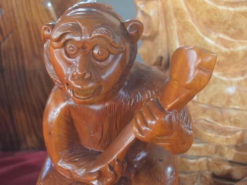 Tượng khỉ bằng gỗ thu hút người dân TP.HCM dịp Tết-1