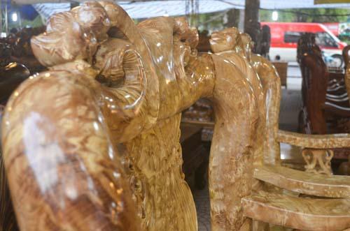 Tượng khỉ bằng gỗ thu hút người dân TP.HCM dịp Tết-6