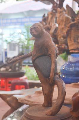 Tượng khỉ bằng gỗ thu hút người dân TP.HCM dịp Tết-7