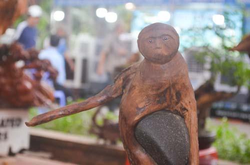 Tượng khỉ bằng gỗ thu hút người dân TP.HCM dịp Tết-8