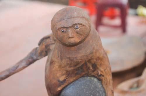 Tượng khỉ bằng gỗ thu hút người dân TP.HCM dịp Tết-9