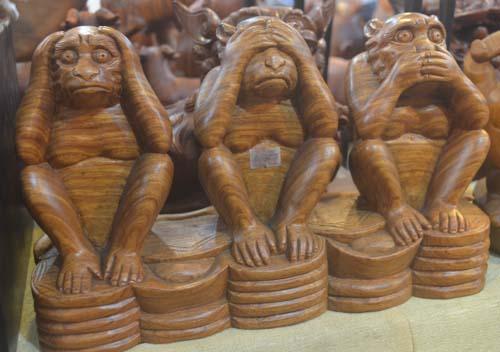 Tượng khỉ bằng gỗ thu hút người dân TP.HCM dịp Tết-11