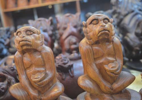 Tượng khỉ bằng gỗ thu hút người dân TP.HCM dịp Tết-12