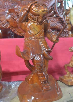 Tượng khỉ bằng gỗ thu hút người dân TP.HCM dịp Tết-14