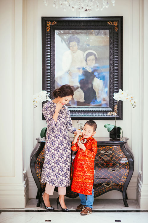 Con trai Vân Hugo diện áo dài chụp ảnh với mẹ-2