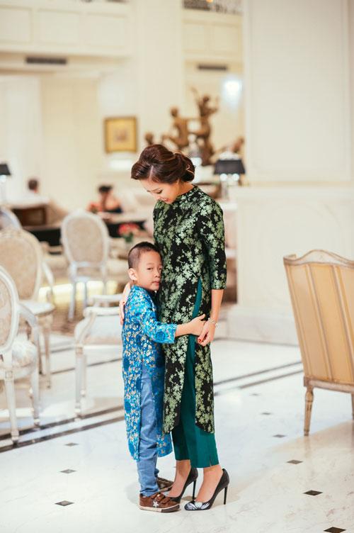 Con trai Vân Hugo diện áo dài chụp ảnh với mẹ-4