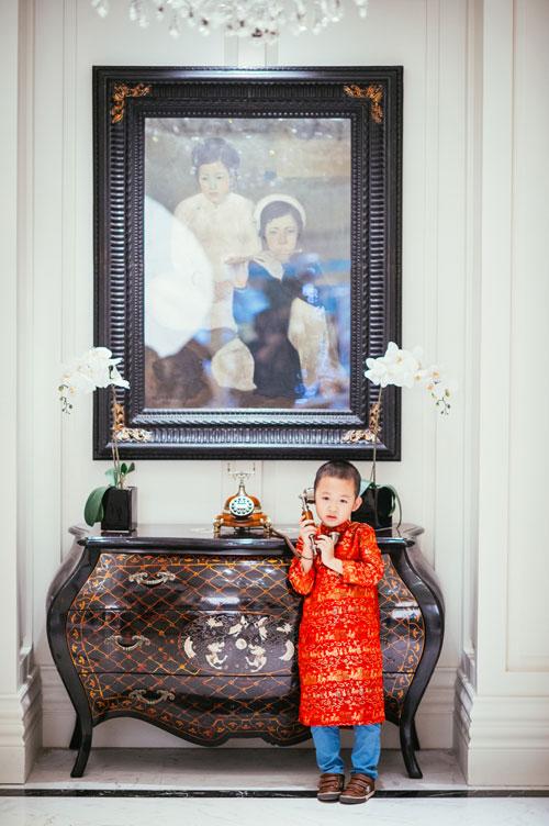 Con trai Vân Hugo diện áo dài chụp ảnh với mẹ-3