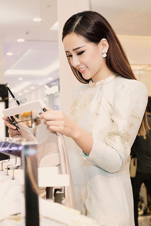 HH Mai Phương Thúy trẻ trung đi mua sắm ngày cuối tuần-3