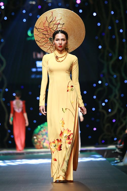 lan khue, pham huong xung xinh ao dai da sac - 14