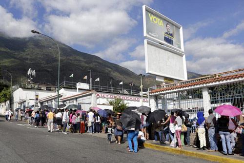 anh: nguoi dan venezuela xep hang dai cho mua thuc pham - 1
