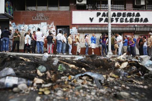 anh: nguoi dan venezuela xep hang dai cho mua thuc pham - 11