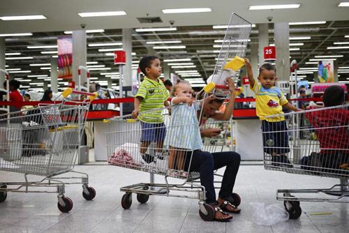 anh: nguoi dan venezuela xep hang dai cho mua thuc pham - 12