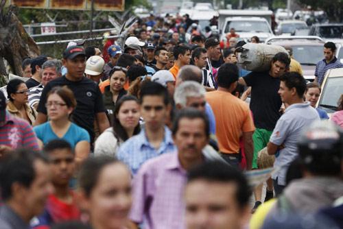 anh: nguoi dan venezuela xep hang dai cho mua thuc pham - 15