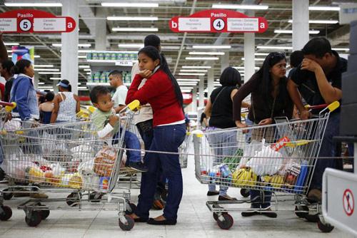 anh: nguoi dan venezuela xep hang dai cho mua thuc pham - 16