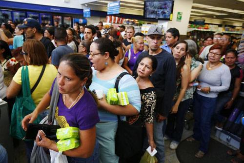 anh: nguoi dan venezuela xep hang dai cho mua thuc pham - 17