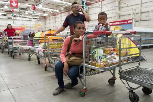 anh: nguoi dan venezuela xep hang dai cho mua thuc pham - 2