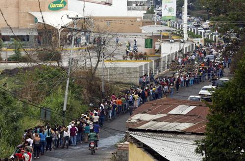 anh: nguoi dan venezuela xep hang dai cho mua thuc pham - 6
