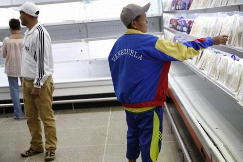 anh: nguoi dan venezuela xep hang dai cho mua thuc pham - 7