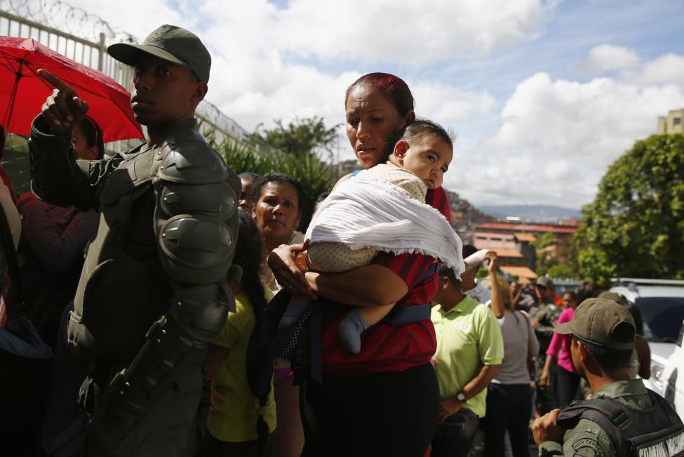 anh: nguoi dan venezuela xep hang dai cho mua thuc pham - 8
