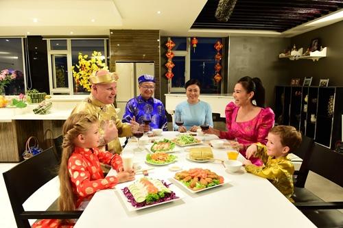 chong tay lan dau dien ao dai don tet cung thu minh - 3