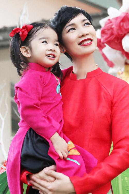 xuan lan, thuy hanh, than thuy ha sac so ao dai ben cac con - 1