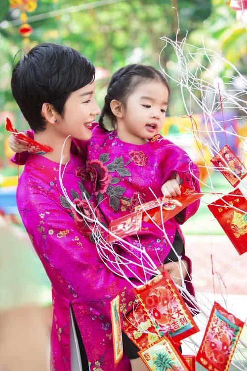 xuan lan, thuy hanh, than thuy ha sac so ao dai ben cac con - 4