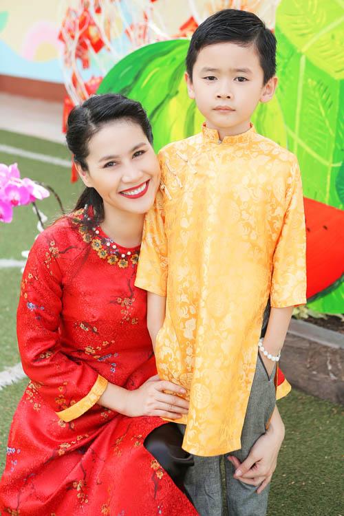 xuan lan, thuy hanh, than thuy ha sac so ao dai ben cac con - 13