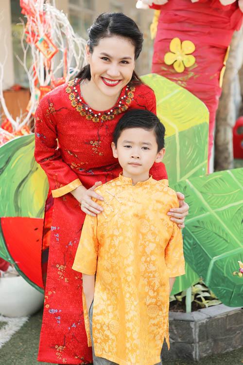 xuan lan, thuy hanh, than thuy ha sac so ao dai ben cac con - 14