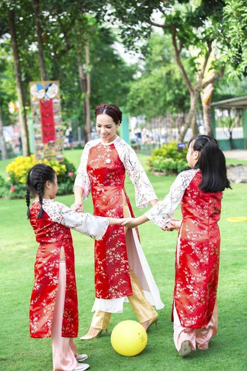 xuan lan, thuy hanh, than thuy ha sac so ao dai ben cac con - 11