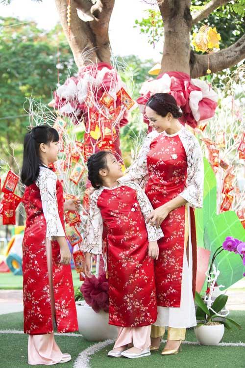 xuan lan, thuy hanh, than thuy ha sac so ao dai ben cac con - 10