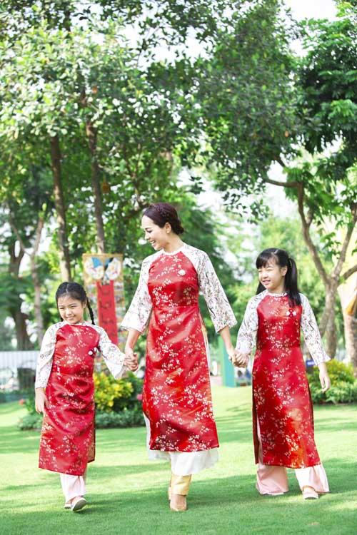 xuan lan, thuy hanh, than thuy ha sac so ao dai ben cac con - 8