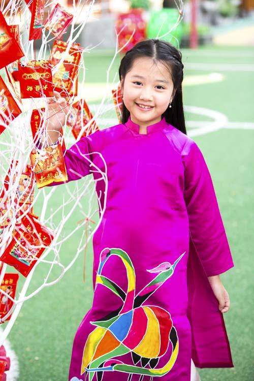 xuan lan, thuy hanh, than thuy ha sac so ao dai ben cac con - 15