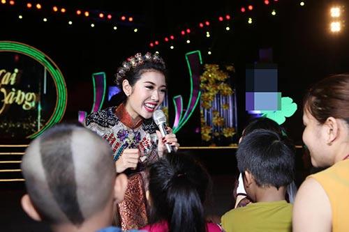 a hau thuy van va mc manh cuong don tet cung cong nhan - 5