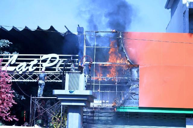 tphcm: cháy quán cà phe, khach nhao nhac bo chay - 2