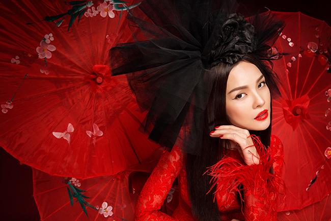 Nữ diễn viên Dương Cẩm Lynh chọn nhiều kiểu áo dài khác nhau để xuất hiện ấn tượng trong bộ ảnh Tết.