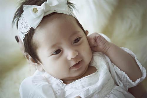 """Con gái Hà Kiều Anh 3 tháng tuổi """"trổ tài"""" làm mẫu nhí-5"""