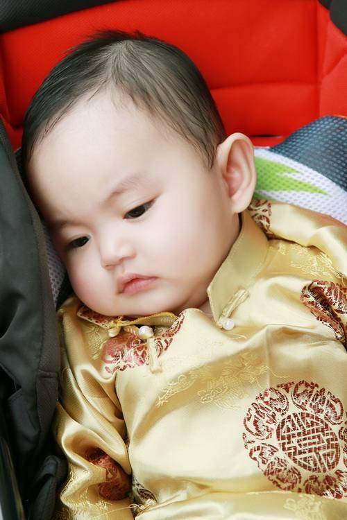 khanh thi - phan hien khoe con trai mac ao dai dang yeu - 10