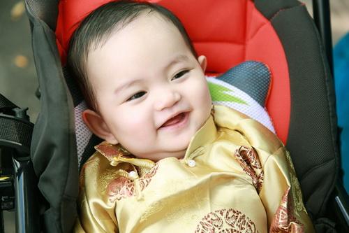 khanh thi - phan hien khoe con trai mac ao dai dang yeu - 9