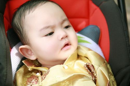 khanh thi - phan hien khoe con trai mac ao dai dang yeu - 8