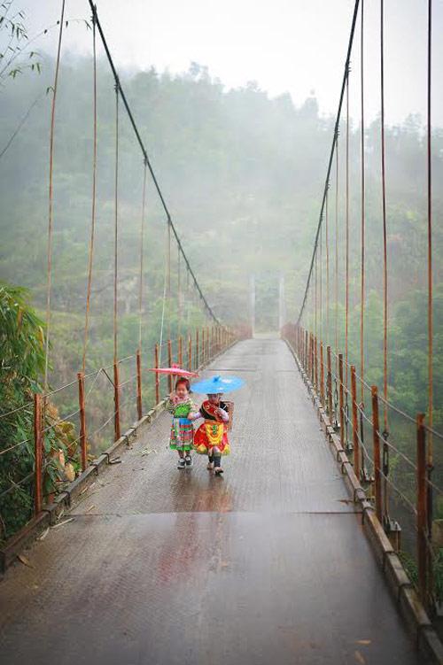 Loạt ảnh bé gái Hà Giang xinh xắn đón Tết trong sương mờ-11
