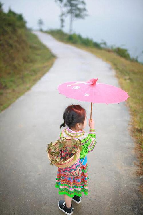 Loạt ảnh bé gái Hà Giang xinh xắn đón Tết trong sương mờ-5