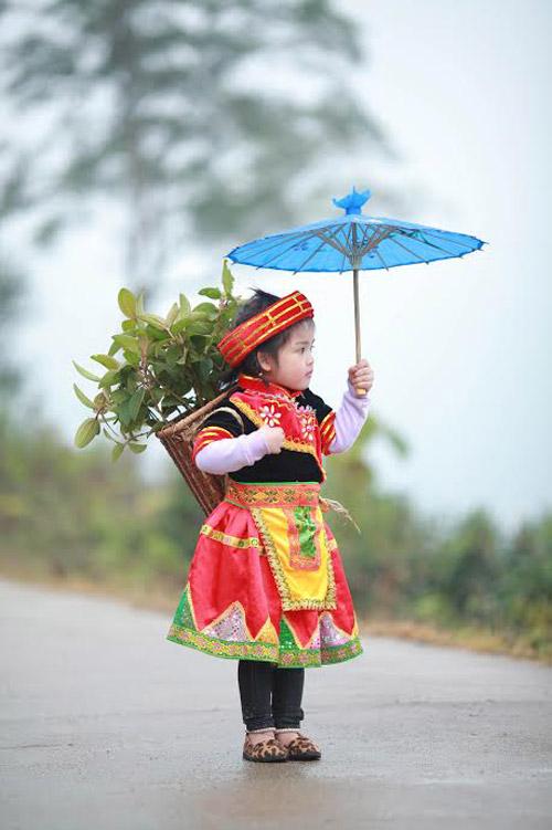 Loạt ảnh bé gái Hà Giang xinh xắn đón Tết trong sương mờ-6