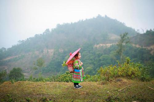 Loạt ảnh bé gái Hà Giang xinh xắn đón Tết trong sương mờ-9