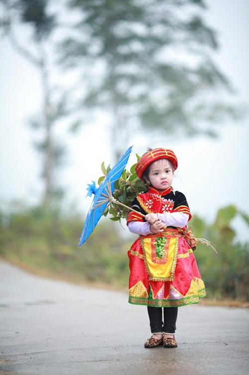 Loạt ảnh bé gái Hà Giang xinh xắn đón Tết trong sương mờ-3