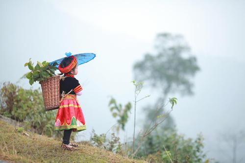 Loạt ảnh bé gái Hà Giang xinh xắn đón Tết trong sương mờ-10