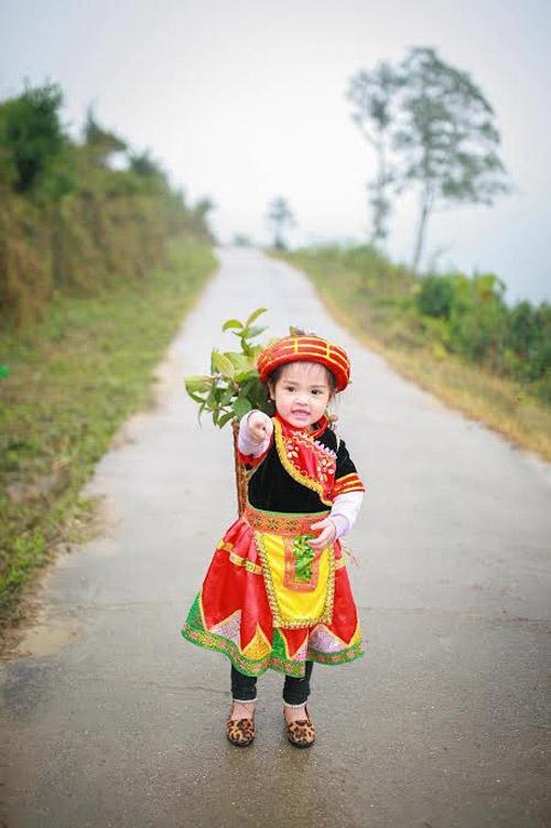 Loạt ảnh bé gái Hà Giang xinh xắn đón Tết trong sương mờ-7